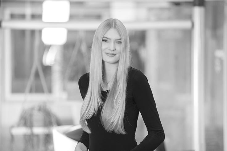 Eva-Janssen-schwarz-weiss-736x491